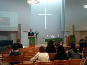 D・カーソン講演会で冒頭お祈りの奉仕をする岸本学院長