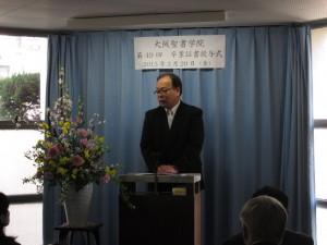 卒業式で説教する学院長