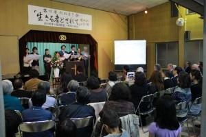 「たねまき会」で特別讃美する神学生たち