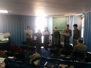 課題曲を賛美する学生たち