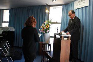 入学の誓約をする神学生