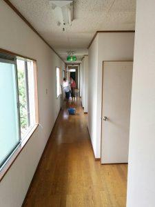 寮の長ーい廊下の掃除