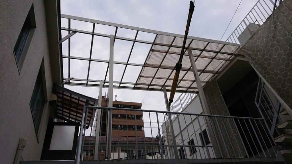 渡り廊下の屋根が飛ぶ