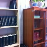 聖書や讃美歌集がおさめられている本棚